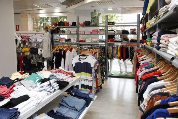 Interior tienda Tejidos Barcelona en Oliva